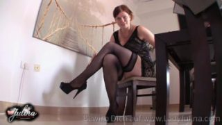 Domina Sklaven in Nylons und High Heels